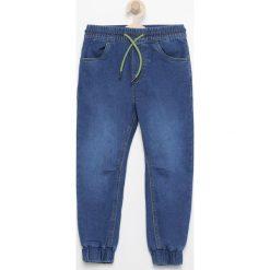 Jeansowe spodnie jogger - Granatowy. Niebieskie jeansy chłopięce marki Reserved. Za 29,99 zł.