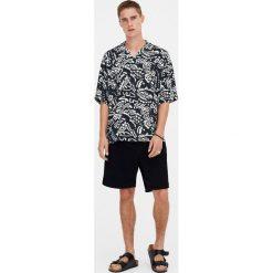 Koszula z wiskozy z etnicznym wzorem. Czerwone koszule męskie marki Pull&Bear, m. Za 62,90 zł.