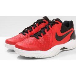 Nike Performance AIR ZOOM RESISTANCE CLY Obuwie do tenisa Outdoor univ red/black/white. Czerwone buty do tenisa męskie Nike Performance, z materiału. W wyprzedaży za 269,10 zł.