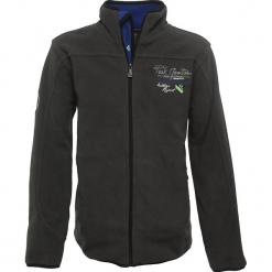 Kurtka polarowa w kolorze ciemnoszarym. Szare kurtki chłopięce marki Peak Mountain, z aplikacjami, z polaru. W wyprzedaży za 85,95 zł.
