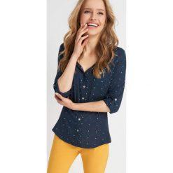 Bluzka koszulowa w kropeczki. Niebieskie bluzki asymetryczne Orsay, uniwersalny, z haftami, z bawełny, z dekoltem w serek. Za 79,99 zł.