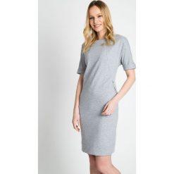 Szara sukienka z kieszonkami na zamek QUIOSQUE. Szare sukienki dzianinowe marki QUIOSQUE, do pracy, biznesowe, z krótkim rękawem, mini. W wyprzedaży za 99,99 zł.