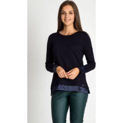 Granatowy sweter z nylonowymi wykończeniami QUIOSQUE. Niebieskie swetry klasyczne damskie QUIOSQUE, z nylonu, z klasycznym kołnierzykiem. W wyprzedaży za 119,99 zł.