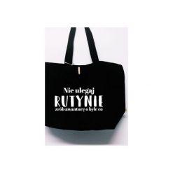 Torba Nie Ulegaj Rutynie. Czarne torby plażowe Funfara, z napisami, z bawełny, na ramię. Za 99,00 zł.