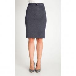 Granatowa ołówkowa spódnica w mikrowzór QUIOSQUE. Szare spódnice wieczorowe marki QUIOSQUE, w paski, z dzianiny, koszulowe. Za 139,99 zł.