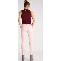 More & More Jeansy Slim Fit powder rose. Czerwone boyfriendy damskie More & More. W wyprzedaży za 224,95 zł.