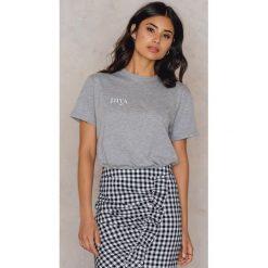 T-shirty damskie: Statement By NA-KD Influencers T-shirt Iva Nikolina – Grey