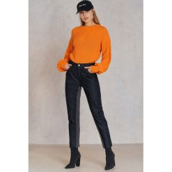 Jeansy damskie: Qontrast X NA-KD Jeansy w dwóch odcieniach z wysokim stanem - Black