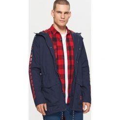 Sportowy płaszcz z kapturem - Granatowy. Brązowe płaszcze na zamek męskie marki Cropp, na zimę, l, sportowe. W wyprzedaży za 179,99 zł.