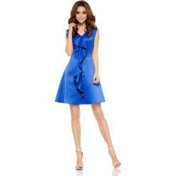 Oszałamiająca sukienka z falbaną chabrowa JULIANNA. Niebieskie sukienki balowe marki Lemoniade, na imprezę, na lato, z kołnierzykiem typu kielich. Za 159,90 zł.