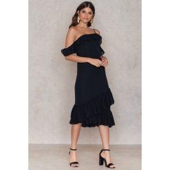 Sukienki asymetryczne: NA-KD Trend Sukienka z odkrytymi ramionami – Black