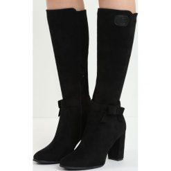 Czarne Kozaki No Witness. Czarne buty zimowe damskie marki Born2be, z materiału, z okrągłym noskiem, na wysokim obcasie, na słupku. Za 129,99 zł.