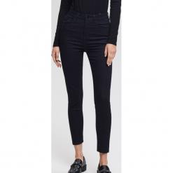 Prążkowane jeansy z wysokim stanem slim fit - Granatowy. Białe spodnie z wysokim stanem marki Reserved, l, z dzianiny. Za 119,99 zł.