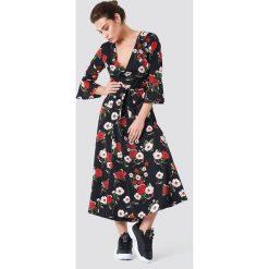 Rut&Circle Sukienka w kwiaty Jane - Black. Czarne długie sukienki Rut&Circle, w kwiaty, z poliesteru, dekolt w kształcie v, z długim rękawem. W wyprzedaży za 81,18 zł.