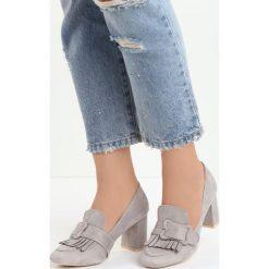 Szare Czółenka Merrick. Szare buty ślubne damskie marki Born2be, w paski, ze skóry, z okrągłym noskiem, na słupku. Za 69,99 zł.