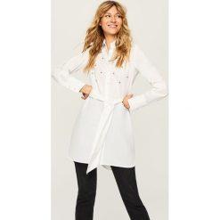 Długa koszula z biżuteryjną ozdobą - Biały. Szare koszule damskie marki BIALCON, z kopertowym dekoltem. Za 89,99 zł.