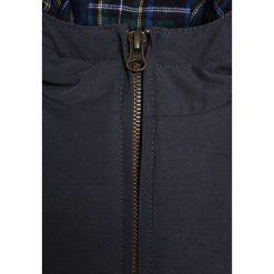American Outfitters Kurtka zimowa dark navy. Niebieskie kurtki chłopięce zimowe marki American Outfitters, z bawełny. W wyprzedaży za 381,75 zł.