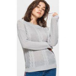 Sweter z warkoczowym splotem - Jasny szary. Szare swetry klasyczne damskie marki Cropp, l, ze splotem. Za 49,99 zł.