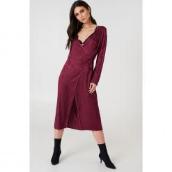 NA-KD Boho Żakardowa sukienka kopertowa z satyny - Purple. Niebieskie sukienki boho marki NA-KD Boho, na imprezę, w koronkowe wzory, z koronki, na ramiączkach, mini. W wyprzedaży za 48,59 zł.