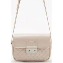 Torebki i plecaki damskie: Pikowana torebka z ozdobnym zapięciem - Kremowy
