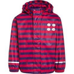 LEGO Wear JAMAICA Kurtka przeciwdeszczowa red. Czerwone kurtki chłopięce przeciwdeszczowe marki Reserved, z kapturem. W wyprzedaży za 126,65 zł.