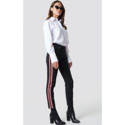 NA-KD Jeansy z lampasami i wysokim stanem - Black. Czarne spodnie z wysokim stanem NA-KD, w paski, z bawełny. Za 202,95 zł.