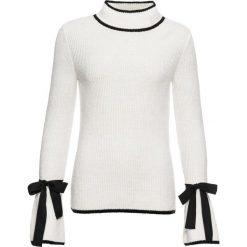 Sweter ze stójką bonprix biel wełny - czarny. Białe swetry klasyczne damskie bonprix, z wełny, z kontrastowym kołnierzykiem. Za 109,99 zł.