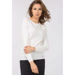 Swetry klasyczne damskie: Sweter zdobiony perłowymi koralikami II