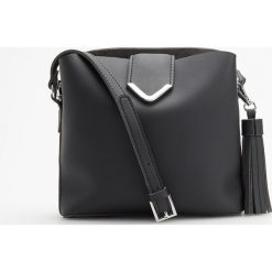 Torebka z ozdobnym breloczkiem - Czarny. Czarne torebki klasyczne damskie Reserved, z breloczkiem. Za 119,99 zł.