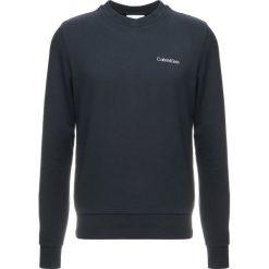 Calvin Klein CHEST EMBROIDERY Bluza blue. Pomarańczowe bluzy męskie marki Calvin Klein, l, z bawełny, z okrągłym kołnierzem. Za 399,00 zł.