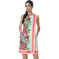 Sukienka w kolorze biało-koralowym ze wzorem. Białe sukienki marki Ostatnie sztuki w niskich cenach, z okrągłym kołnierzem, midi. W wyprzedaży za 339,95 zł.