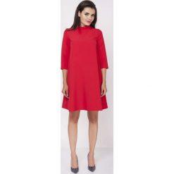 Czerwona Sukienka Luźna Wizytowa ze Stójką z Falbanki. Niebieskie sukienki koktajlowe marki ARTENGO, z elastanu, ze stójką. W wyprzedaży za 115,23 zł.