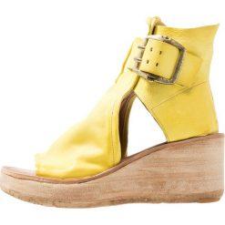 A.S.98 Sandały na platformie papaya. Żółte sandały damskie A.S.98, z materiału, na platformie. Za 969,00 zł.