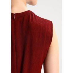 IVY & OAK LOUNGE  Długa sukienka rusty red. Czerwone długie sukienki IVY & OAK, z acetatu, z długim rękawem. W wyprzedaży za 345,95 zł.