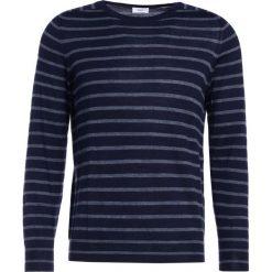 CLOSED Sweter navy. Niebieskie swetry klasyczne męskie marki CLOSED, m, z materiału. W wyprzedaży za 463,20 zł.