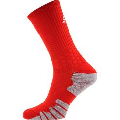 Skarpety piłkarskie - MA732012HRD. Czerwone skarpetogetry piłkarskie marki New Balance, z bawełny. Za 49,99 zł.