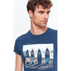 T-SHIRT MĘSKI Z NADRUKIEM. Białe t-shirty męskie z nadrukiem marki Mustang, m, z bawełny. Za 19,99 zł.