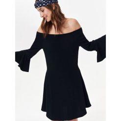 SUKIENKA DAMSKA Z ODKRYTYMI RAMIONAMI. Niebieskie sukienki balowe marki Reserved, z odkrytymi ramionami. Za 44,99 zł.