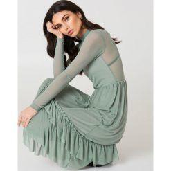 NA-KD Boho Siateczkowa sukienka z falbanką - Green. Niebieskie sukienki boho marki NA-KD Boho, na imprezę, w koronkowe wzory, z koronki, na ramiączkach, mini. Za 242,95 zł.