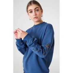 NA-KD Bluza z wyszywanymi różami na rękawach - Blue. Niebieskie bluzy rozpinane damskie NA-KD, długie. Za 133,95 zł.