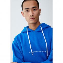 Bluza basic z nadrukiem i kapturem. Niebieskie bejsbolówki męskie Pull&Bear, m, z nadrukiem. Za 99,90 zł.