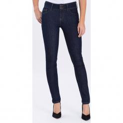 """Dżinsy """"Melinda"""" - Skinny fit - w kolorze granatowym. Niebieskie rurki damskie marki Cross Jeans, z aplikacjami. W wyprzedaży za 113,95 zł."""