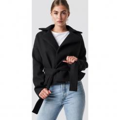 Rut&Circle Krótki płaszcz Tove - Black. Czarne płaszcze damskie pastelowe Rut&Circle, w paski. Za 323,95 zł.