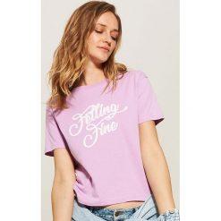 T-shirt z napisem - Fioletowy. Fioletowe t-shirty damskie marki House, l, z napisami. W wyprzedaży za 15,99 zł.