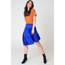 NA-KD Basic T-shirt z odkrytymi plecami - Orange. Pomarańczowe t-shirty damskie marki NA-KD Basic, z bawełny, z dekoltem na plecach. W wyprzedaży za 21,18 zł.
