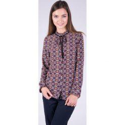 Koszulowa bluzka w kwiaty z kokardką QUIOSQUE. Różowe bluzki koszulowe QUIOSQUE, s, w kwiaty, z tkaniny, eleganckie, z długim rękawem. W wyprzedaży za 59,99 zł.