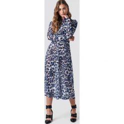 Rut&Circle Siateczkowa sukienka Leo - Blue. Zielone długie sukienki marki Emilie Briting x NA-KD, l. Za 202,95 zł.