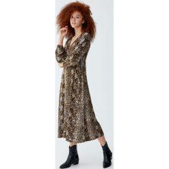 Sukienka midi w wężowy wzór. Szare sukienki Pull&Bear, midi. Za 139,00 zł.