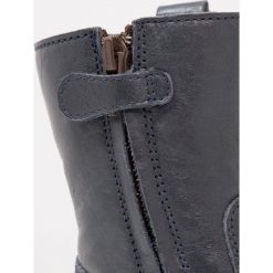 Froddo Śniegowce dark blue. Niebieskie buty zimowe damskie marki Froddo, z materiału, na wysokim obcasie. W wyprzedaży za 251,30 zł.