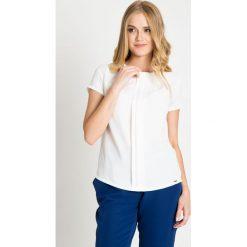 Biała bluzka z kontrafałdami QUIOSQUE. Białe bluzki asymetryczne QUIOSQUE, z tkaniny, biznesowe, z kopertowym dekoltem, z długim rękawem. W wyprzedaży za 69,99 zł.